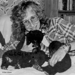 Sy Montgomery mit Bärenkindern